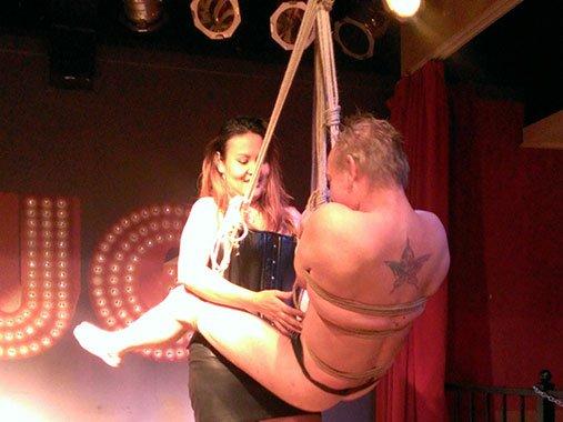 Bondageshow door Meesteres Dewi bij Club Rouge Eindhoven